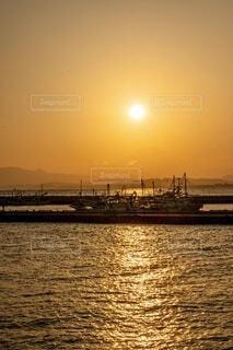 富士山に沈む夕陽と船の写真・画像素材[4056168]