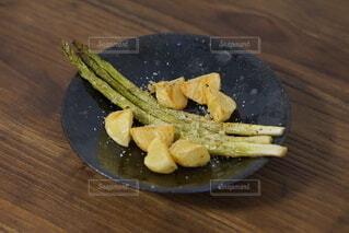 木製のテーブルの上に座っているバナナの写真・画像素材[3858593]