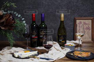 テーブルの上にワイン1本の写真・画像素材[4089968]