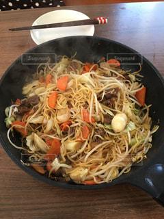 木製のテーブルの上に食べ物のボウルの写真・画像素材[967041]