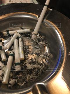 近くにストーブの上の金属鍋のアップの写真・画像素材[986602]
