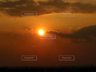 水の体に沈む夕日の写真・画像素材[990512]