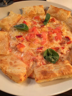 近くのピザのスライスを皿の料理の写真・画像素材[1004590]