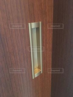 木製の扉付きのバスルーム - No.1145903