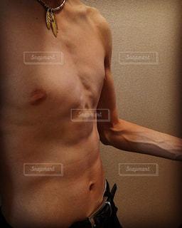 カメラにポーズ鏡の前に立っている人の写真・画像素材[1216281]