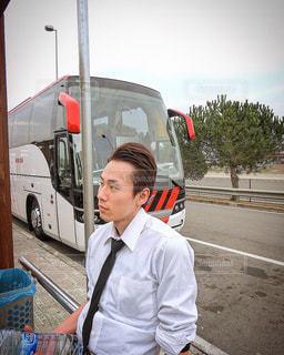 バスの隣に立っている男 - No.1216861
