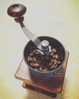 テーブルの上に食べ物のボウルの写真・画像素材[1379844]
