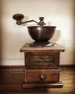 木製テーブルの上に座っている花瓶の写真・画像素材[1379849]