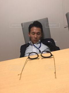 机に座っている人の写真・画像素材[1488331]