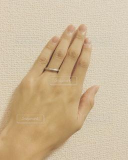 一枚の紙を持っている手の写真・画像素材[1490999]