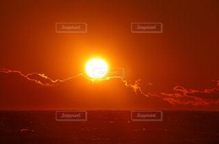 夕焼け空に浮かぶ雲のグループの写真・画像素材[1552781]