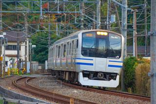 建物の近く下り列車を走行する列車を追跡します。の写真・画像素材[1662420]