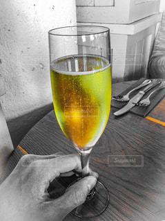 テーブルの上のビールのグラスの写真・画像素材[1721674]