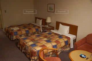 ベッドと部屋で机付きのベッドルームの写真・画像素材[1721752]