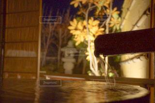 テーブルの上の花の花瓶の写真・画像素材[1721760]