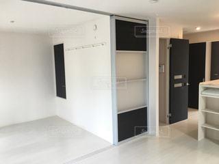 部屋に大きな白い冷蔵庫の写真・画像素材[1824838]