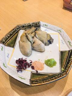 木製テーブルの上に座って食品のプレートの写真・画像素材[1835199]