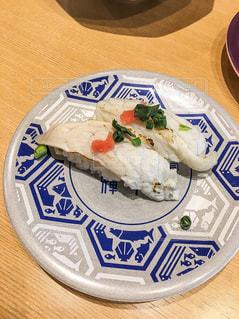 テーブルの上に食べ物のプレートの写真・画像素材[1835201]