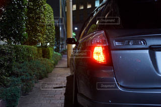 道路の脇に駐車した車の写真・画像素材[2280646]