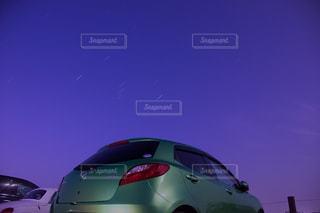 車の上に座っている飛行機の写真・画像素材[2373033]