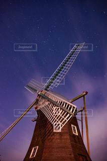 暗闇の中の風車の写真・画像素材[2406041]