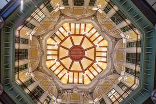 窓の隣にある大きな時計塔の写真・画像素材[2911849]