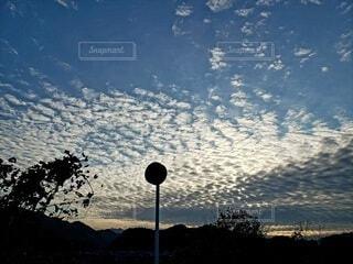冬の黄昏時の空の写真・画像素材[4004901]