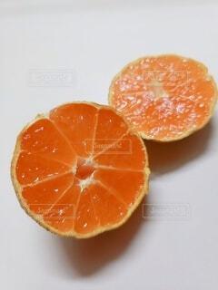 半分にスライスした蜜柑の写真・画像素材[4054922]