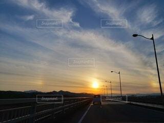 沈む夕日にかかる光の輪の写真・画像素材[4092381]