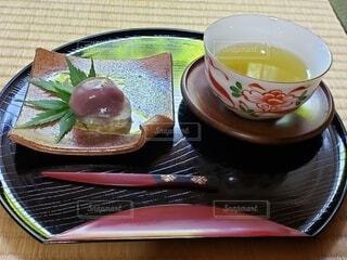 お盆の上の和菓子とお茶の写真・画像素材[4555896]