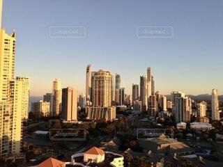 高層ビルに映る朝日の写真・画像素材[3862258]