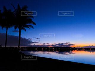 湖畔にある住宅街の青い夕暮れの写真・画像素材[4094315]