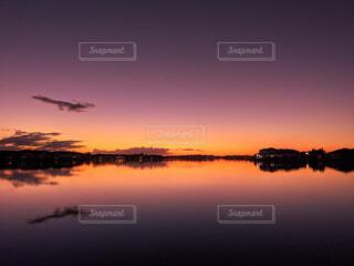 湖畔にある住宅街の赤紫な夕暮れの写真・画像素材[4094318]