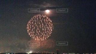 夏と満月と花火の写真・画像素材[3876427]
