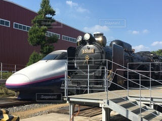 列車が建物の脇に停まっているの写真・画像素材[3872004]