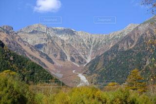 北アルプス穂高連峰連峰を仰いでの写真・画像素材[3949370]