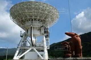 電波望遠鏡とシーサーの写真・画像素材[3950426]