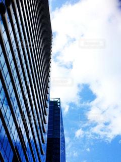 下から見上げたビルと空の写真・画像素材[1364638]