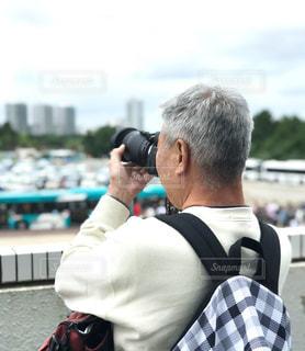 カメラを構えている男性の写真・画像素材[1364957]