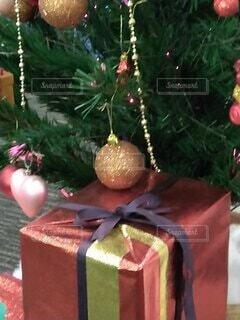 クリスマスツリーのしたのプレゼントクローズアップの写真・画像素材[3952506]