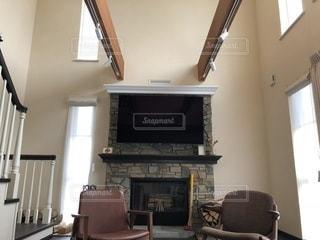 暖炉、暖炉のあるリビング ルームに座っています。の写真・画像素材[897375]