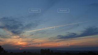 夕日と飛行機雲と富山湾の写真・画像素材[1561256]