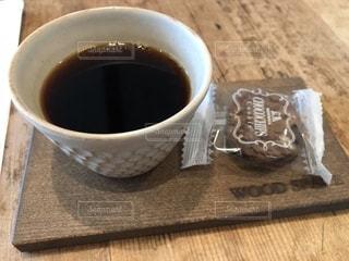 コーヒーを頂きながら打ち合わせの写真・画像素材[1581073]