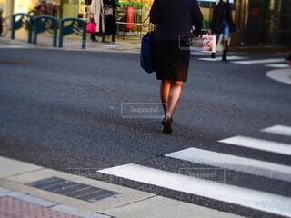 交差点を渡る女性の写真・画像素材[3919423]