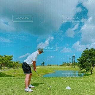 ゴルフをしている男の写真・画像素材[3889470]