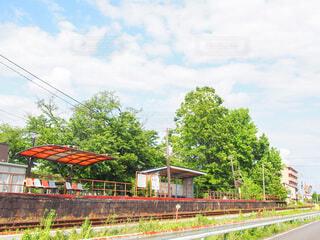 よく晴れた日の田舎の駅の写真・画像素材[3886022]