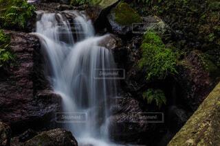 癒しの静かな滝の写真・画像素材[3886046]