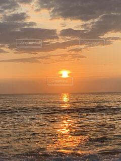 水平線から登る朝日の写真・画像素材[3888479]
