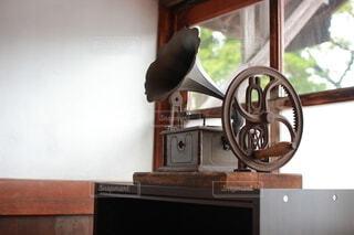 窓辺のレトロな蓄音機の写真・画像素材[3893234]