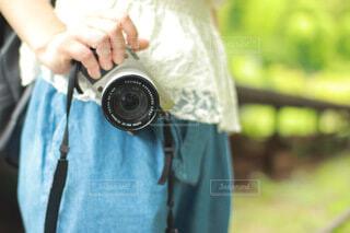 ミラーレス一眼を持つカメラ女子の手の写真・画像素材[3894076]